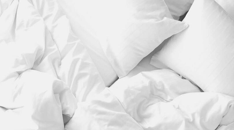 Vous vous sentez fatiguée pendant la journée ? Vous détestez entendre le son de votre réveil ? Il faut peut-etre revoir la qualité de votre sommeil alors. Dans ce nouvel article, je vous donne mes principaux conseils pour mieux dormir et avoir plus d'énergie tout au long de la journée ! Si vous appliquez tout ça, les réveils difficiles ne seront plus un problème pour vous ! #réveil #routine #organisation #lever
