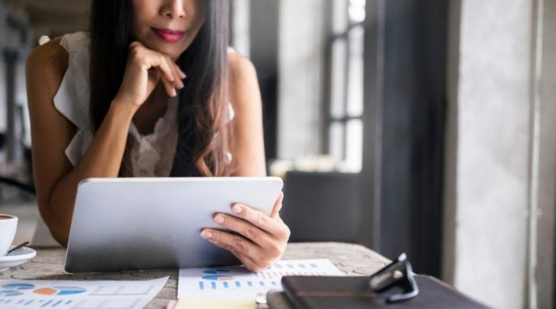 Même si les chiffres, c'est pas trop ton truc, en tant qu'entrepreneure, c'est TA responsabilité de gérer les finances de ton entreprise. Et si tu appliques les 8 clés que je te partage dans cet article, tu verras que ça n'a pas besoin d'être compliqué en plus !